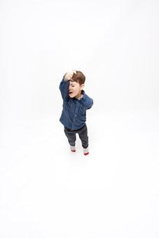 人物 こども 子ども 子供 男の子   少年 幼児 外国人 外人 かわいい   無邪気 あどけない 屋内 スタジオ撮影 白バック   白背景 ポートレート ポーズ キッズモデル 表情  シャツ  カジュアル  全身 拳 こぶし 手を上げる 元気 気合 俯瞰 動き アクティブ mdmk010