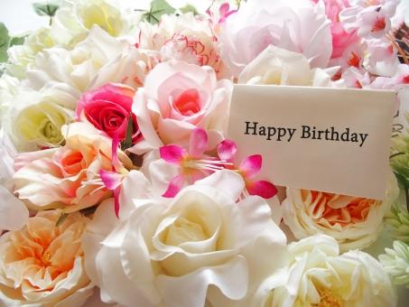 お誕生日 おめでとう Happy Birthday メッセージ カード 花 バラ 白いバラ ピンクの花 プレゼント お祝い フラワー 背景 プレゼント 華やか おめでたい お祝い ギフト ブーケ 装飾