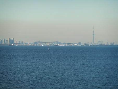東京湾 海 海ほたる スカイツリー 湾 風景 冬の海 アクアライン もや 靄 ビル ビル群 青 都会 かすみ 霞 東京 水 空