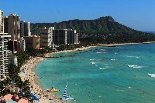 浜辺 ワイキキ ワイキキビーチ ハワイ アメリカ合衆国 オアフ島 海 青い 外国 旅行 海辺 砂浜 観光地 賑やか 屋外