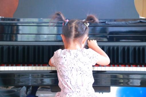 音楽 人 ピアノ 音楽家 1 屋内で コンサート 産業 教育 聞こえる 器械 女の子 家族 子ども 子供 手 こども グランドピアノ 弾く 弾いている 幼児