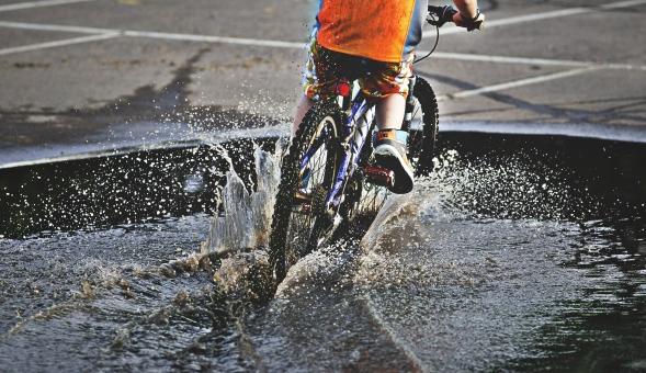 自転車 じてんしゃ サイクリング ロードバイク 男性 男の子 人物 スポーツ 運動 乗り物 トレーニング 屋外 サイクルウェア 自然 練習 トライアスロン 広場 タイヤ マウンテンバイク アウトドア 趣味 水 池 水たまり 水しぶき