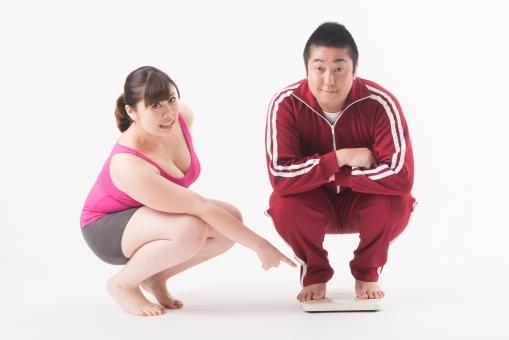 日本人 女性 男性 二名 二人 男女 カップル 友人 友達 仲間 ぽっちゃり 肥満 ダイエット 痩せる 痩せたい 目標 ビフォー アフター 太っている 太り気味 メタボ メタボリックシンドローム 脂肪 体系 ボディー 白バック 白背景 ジャージ 体重計 体重を計る 体重を測る 指摘 体重計に乗る 笑われる 冷やかされる ダメだし ダメ出し ちゃかされる 指をさす 座る 驚く mdjf020 mdjm017