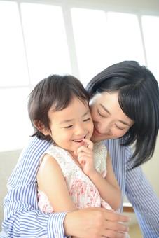 母と子 抱っこ23の写真