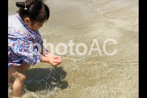 海で遊ぶ少女09の写真