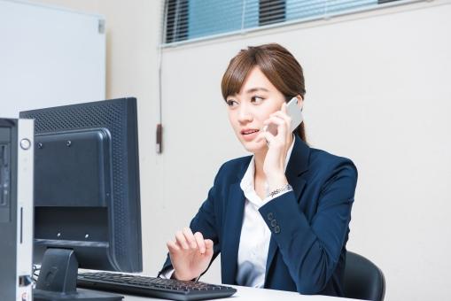電話をする女性社員3の写真