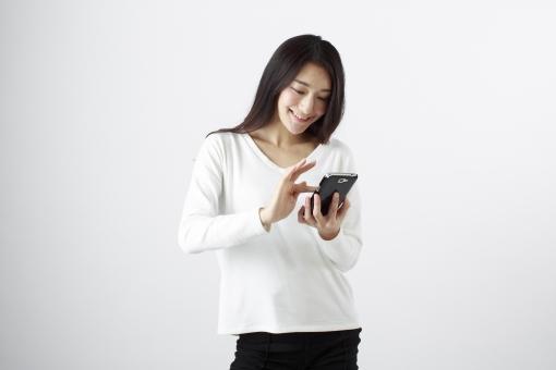 女性 女 女子 ウーマン woman 20代 30代 モデル 美人 長髪 おすすめ ポーズ 黒髪 日本人 白背景 白バッグ   レディ lady    携帯 ケータイ 携帯電話 スマホ スマートフォン メール MAIL LINE インターネット INTERNET ネット ホームページ HOMEPAGE 笑顔 スマイル smile 微笑む えがお 笑う   ロングヘアー mdjf010