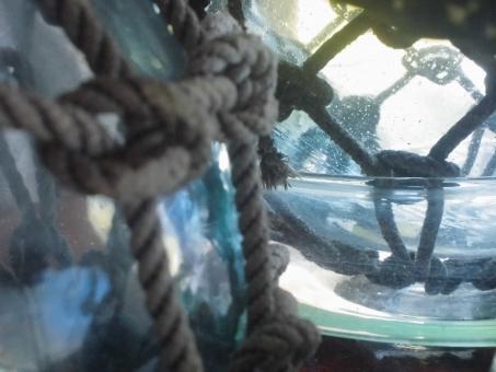 うき玉 玉 たま 浮き球 漁師 漁業 魚 海 時 時間 静止 なわ 縄 水色 水 青 青色 ブルー 水晶 結晶 ガラス ビー玉 インテリア 光 癒し いやし 夏 涼しい 占い 未来 予知 運命 定め