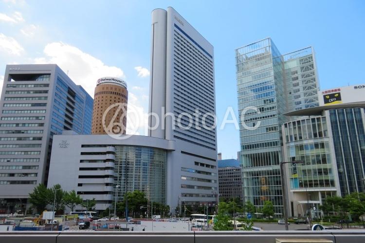 大阪駅前の高層ビル群の写真