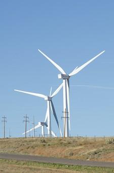 風力発電機 風車 プロペラ風車 風力発電 ウインドタービン 風力タービン 風力原動機 エコ 自然環境 環境問題 再生可能エネルギー 発電所 風 次世代 電気 電力 代替 回る 回転 そびえ立つ 自然 青空 快晴 風景 景色 町並み
