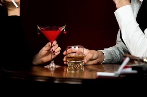 酒 ウィスキー 洋酒 発酵酒 グラス コップ テーブル カウンター タバコ シガレット  透明 お酒 アルコール 飲み物 飲料 高級感 クラブ バー 人 人物 飲む 手 横から視線 置く 両手 タバコ 座る 腕 二人 複数 カクテル チェリー フィルター 男性 持つ カップル 会話 男女 白シャツ 赤 4個