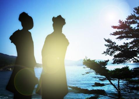 成人の日 新成人 成人 記念写真 逆光 トイカメラ シルエット 1月 一月 行事 成年 成年式 振り袖 振袖 ふりそで 20歳 二十歳 はたち 通過儀礼 お祝い 式典 記念 記念式典 着物 祝福 大人 海岸 青空 快晴 海