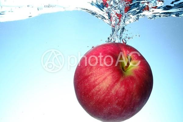 水に落としたりんご5の写真