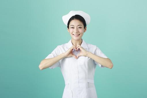 人物 女性 日本人 20代 30代  仕事 職業 医療 病院 看護師  ナース 白衣 看護 屋内 スタジオ撮影  背景 グリーンバック おすすめ ポーズ 上半身 ハート ハートマーク 手 囲む 気持ち 愛 好き 心 笑顔 mdjf010 グリーン 緑