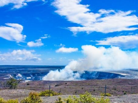 ハワイ島 キラウエア火山 国立公園 噴火 噴煙 青空 雲 煙 大地 力強い パワースポット エネルギー 火口 ブルー 空 スピリチュアル スピリチャル ヒーリング 大自然 壮大