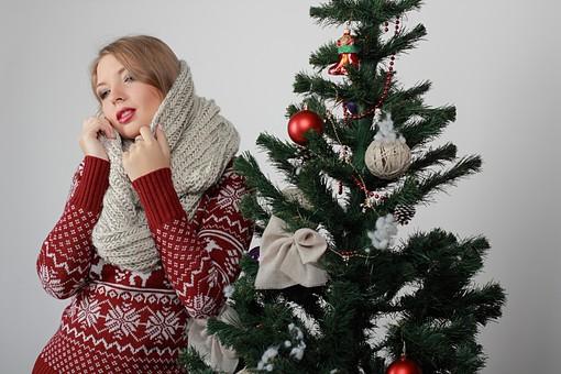 白バック 白背景 グレーバック 外国人 白人 金髪 ブロンド 20代 30代 女性 セーター ニット ノルディック柄 スカート クリスマス Christmas X'mas クリスマスツリー ツリー モミ もみの木 樅の木 モミの木 飾り オーナメント ボール リボン ブーツ 松ぼっくり 立つ スヌード マフラー 寒い mdff129