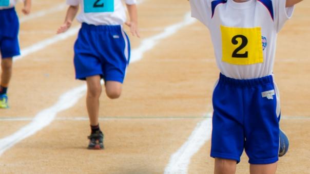 かけっこ 運動会 一番 一位 1位 全速力 スピード 競争 種目 ゼッケン 白線 運動場 体育着 体操着 走る 小学生 小学校 児童 子ども 子供 生徒 父兄 応援 声援 観客 歓声 人物 スポーツ 行事 イベント