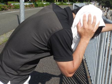 猛暑 発汗 熱中症 目まい 苦痛 脱水症状 苦しい タオル 汗 真夏 日差し 頭痛 吐き気 苦悩 クラクラ ふらふら 男性 若い