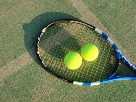 テニスコート テニス テニスラケット テニスボール オムニコート 緑 白線 日差し 陽射し スポーツ レジャー 趣味 娯楽 運動 施設 健康 風景 夏 影 黄色