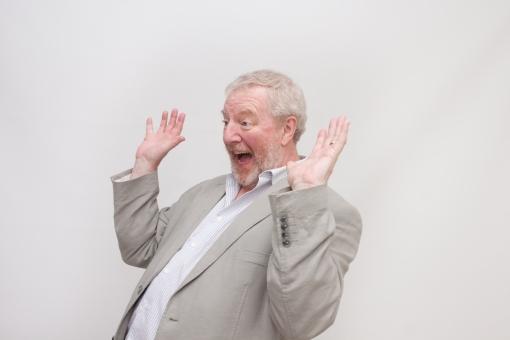 シニア 外国人 横向き ひげ 髭 上半身 髭面 白髪 シャツ ジャケット グレー 一人 初老 白背景 室内 両手 広げる 上げる びっくり 驚愕 驚き ジェスチャー 身振り 茶目っ気 遊び心 降参 許し 請う のけぞる 右向き 男性 mdjms002