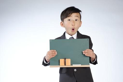 人物 子供 こども 男の子 男児 児童 少年 小学生 進級 進学 入学 学校 制服 私立 礼服 正装 教室 授業 勉強 学業 黒板 ボード スタジオ撮影 チョーク 黒板消し 日本人  mdmk015