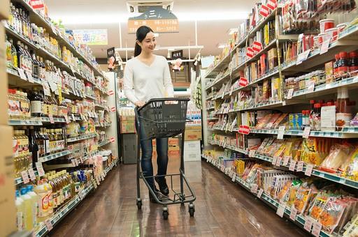 スーパーで商品を選ぶ女性4の写真