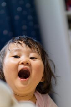 日本人 笑顔 叫び にこやか 部屋 屋内 室内 ポートレート 楽しい 喜び 嬉しい かわいい 子供 男の子 家 女の子 幼児 こども 子ども 無邪気 元気 笑う 喜ぶ 微笑む 可愛い 赤ちゃん 人間 活発 叫ぶ 顔 あどけない ピュア 幸せ サプライズ アジア人 微笑み 肖像 純粋 ハッピー 飛び出す はしゃぐ エンジョイ ニコニコ ドッキリ 純真 無垢 1歳 いないいないばぁ 驚かせる 日本のこども