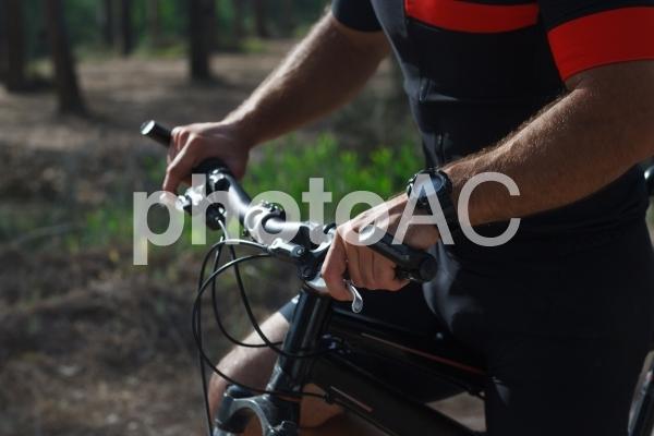 サイクリング男性の手元の写真
