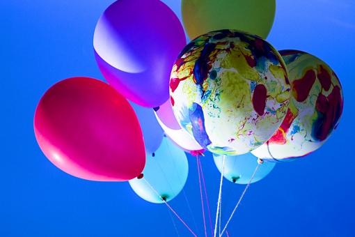 風船 バルーン 小物 雑貨 ふわふわ  浮く イベント 行事 パーティー 屋外 外 野外 空 青空 風景 複数 たくさん カラフル 鮮やか ビビッド 浮かぶ 飛ばす 明るい ポップ 束 束ねる 塊 一まとめ