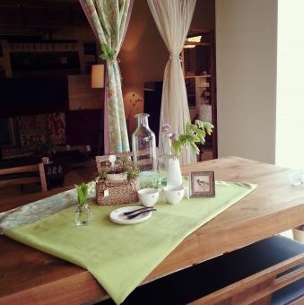 テーブル テーブルコーディネート グリーン 緑 ナチュラル トラディショナル 食卓 無垢 カーテン インテリア ダイニング くらし 生活 家具 こもれび 木漏れ日 朝食 ひといき 休憩