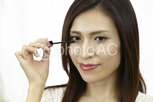 マスカラを塗る女性2の写真