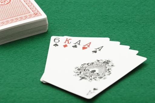 ポーカー トランプ カード カードゲーム スリーカード ギャンブル 賭け 賭博 ゲーム レクリエーション 運 幸運 不運 勝ち 負け カジノ 金 お金 賭け事 ルール