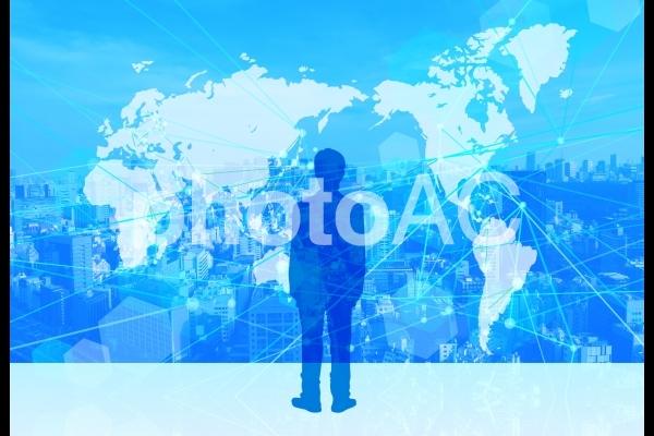 デジタルネットワークビジネスとビジネスマンの後姿の写真