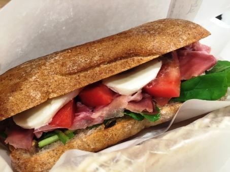 サンドイッチ パニーニ イタリア 料理 美味しい ランチ 軽食 生ハム ルッコラ モッツァレラ チーズ ボリューム