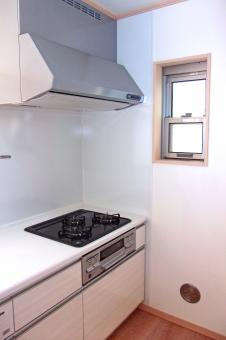 キッチン 台所 厨房 インテリア 水回り 窓 ガスレンジ レンジフード 白い壁 内装 住宅 住居 家屋 家 建物 建造物 建築 建築物 風景 景色 タイル 通気口