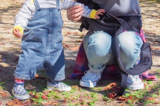 親子 家族 子供 赤ちゃん ベビー お母さん ママ 男の子 カジュアル ジーンズ たっち 公園 シャツ スタイル たった ファッション スニーカー デニム 優しい 見守る 捕まる 暖かい 立ち上がる 明るい 外 女性 仲良し atohs しゃがんだ かがむ つかむ