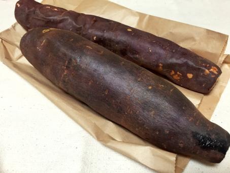 焼き芋 やきいも ヤキイモ さつまいも サツマイモ 薩摩芋 いも 芋 冬 焼きたて 紫 野菜 秋野菜 秋 収穫 あき 根菜 やさい あきやさい 植物 食材 甘藷 唐芋 琉球薯 デンプン 穀物