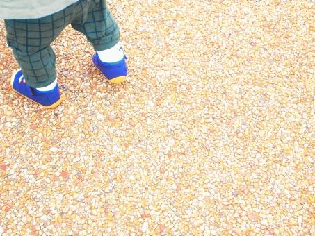 こども 子ども 子供 赤ちゃん 脚 足 あし シューズ 靴 ズック くつ 青 ズボン 歩く ウォーキング 走る 歩き 逃げる おでかけ お散歩 公園 転ぶ ころぶ 追いかける 追いかけている 鬼ごっこ 地面 歩道 舗道 砂 じゃり 砂利 石 よちよち ママ お母さん おかあさん 迷子 探す うろうろ 一人 ひとり コピースペース 背景 不安 余白 白
