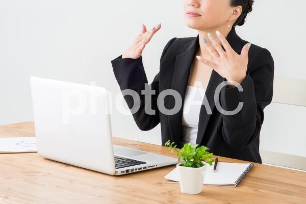 暑がる女性の写真