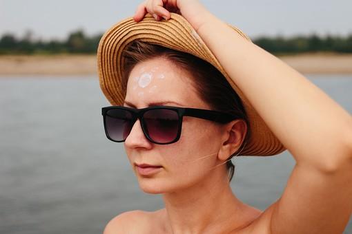 日焼け 日焼け止め 日やけ止め サンスクリーン剤 サンオイル 紫外線 皮膚 肌 素肌 人 人間 液 海 海水浴 レジャー 塗る 夏 サマー 太陽 サン 女性 顔 額 鍔 ツバ 太陽 サン 帽子 ハット 麦わら帽子 外国人