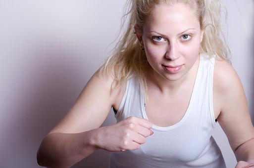 フィットネス写真 人物 1人 外国人 白人 セルビア人 女性 大人 若い 金髪 スポーツ フィットネス エクササイズ 体操 運動 トレーニング シェイプアップ ダイエット 引き締め 屋内 スタジオ ジム クラブ 美 美容 健康 ボディ スリム 脂肪 筋肉 筋トレ 腕 シャドウボクシング ボクササイズ 拳 こぶし タンクトップ 上半身 にらむ 怒り 好戦的 挑発 殴る 構える 威嚇 mdff014