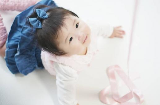 見上げる赤ちゃんの写真