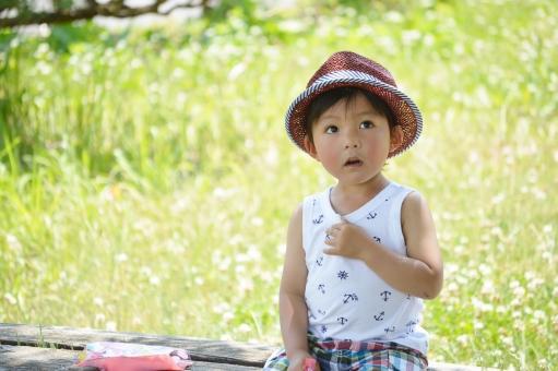 見つめる 見つけた 男の子 子ども 子供 こども 帽子 タンクトップ 夏 ベンチ 座る