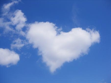 ハート 空 青空 そら 雲 くも あおぞら sky cloud heart 面白い ふわふわ フワフワ コピースペース おもしろい 青 白 あお しろ blue white ラブ love 愛 ロマンチック バレンタイン フレーム 枠