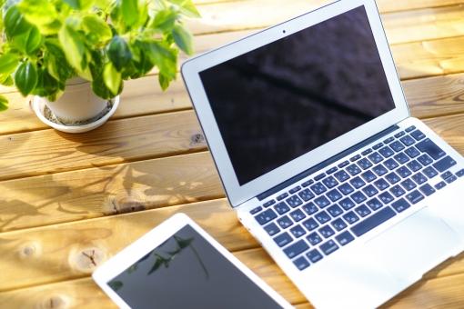 ノートパソコンとタブレットの写真