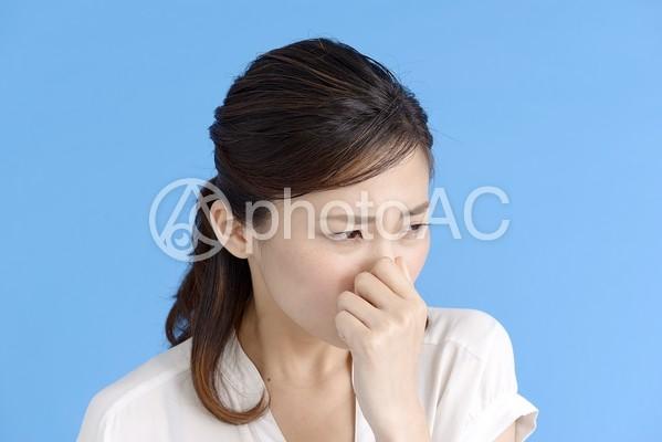 鼻を摘む女性2の写真