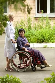 屋外 野外 外 病院 庭 公園 外国人 老人 高齢者 女性 おばあさん おばあちゃん 患者 女医 白人 金髪 白衣 医師 医者 スカート 車椅子 車いす 乗る 座る 押す 散歩 歩く 立ち止まる 止まる 話す 話しかける 全身 mdfs016 mdff142