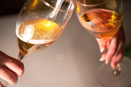 パーティー 宴会 イベント 催し 行事  飲み会 おもてなし 飲食 飲み物 ドリンク  お酒 アルコール グラス テーブル 屋内  室内 レストラン ホテル ホームパーティー 華やか  グラス カクテル シャンパン 人物 手 アップ 傾ける 乾杯 ワイン 白ワイン ワイングラス 誕生日