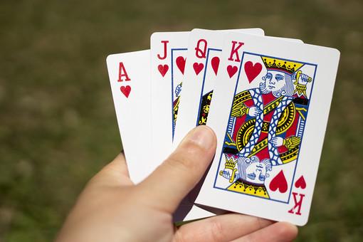 トランプ カード ゲーム 札 娯楽 屋外  赤  ハート Aエース J ジャック Q クイーン K キング 模様 絵札  手品 マジック 遊び  重ねる 配る 切る カードゲーム 持つ 手  順番 並ぶ 揃う 種類
