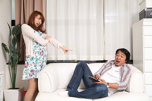 人物 日本人 男性 女性 中年 若者 カップル 夫婦 男女 20代 40代 歳の差 屋内 室内 部屋 リビング ソファ 怒る  文句 浮気  ユーモラス 携帯 スマホ スマートフォン けんか ケンカ 喧嘩 オーバーリアクション 指差し 指さす 証拠 驚く 怖い mdfj012 mdjm010